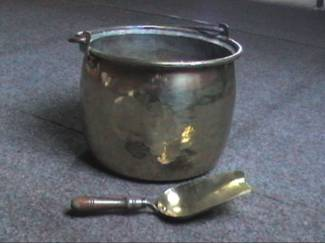 oude gele koperen ketel met handvat & kolenschop in geel koper