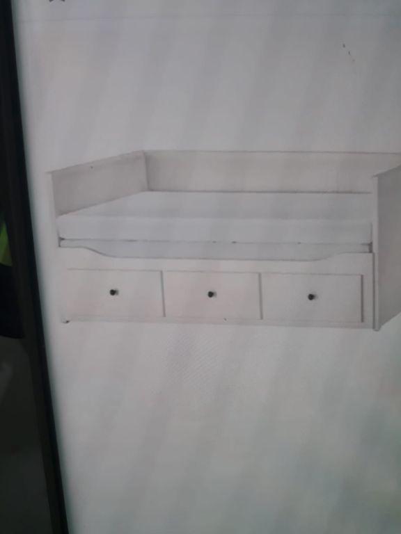 Een bed met 2 matrassen die uit- en inschuifbaar is.