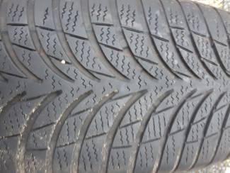 Volkswagen onderdelen 4 x Winterbanden op velg en wieldop