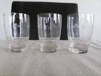 3 dunne waterglazen met kleine gravure