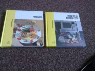 Twee kookboeken een met rundsvlees en een met microgolfoven,