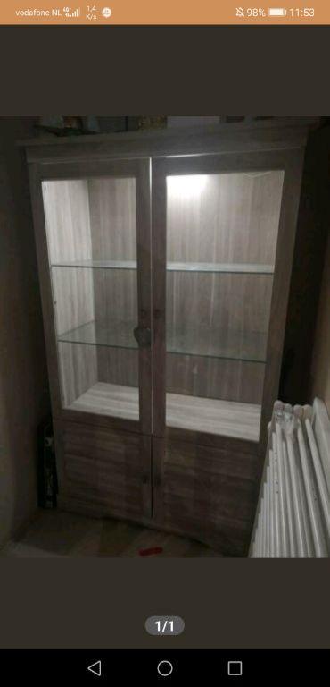 Grijze vitrine kast met verlichting