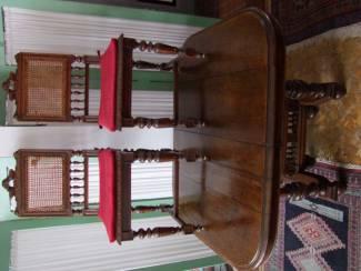 Aangeboden tafel en 4 bijbehorende stoelen