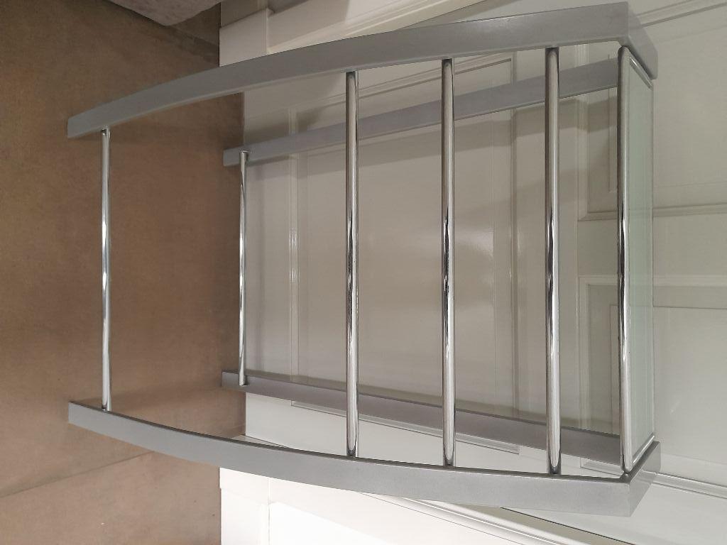 Staand badkamer handoekenrek met glazen plank.