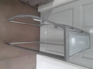 Badkamer   Badkamermeubels Staand badkamer handoekenrek met glazen plank.